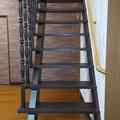 クロス貼り替えとともに階段を塗装。クラシカルな雰囲気に。【柏崎市】